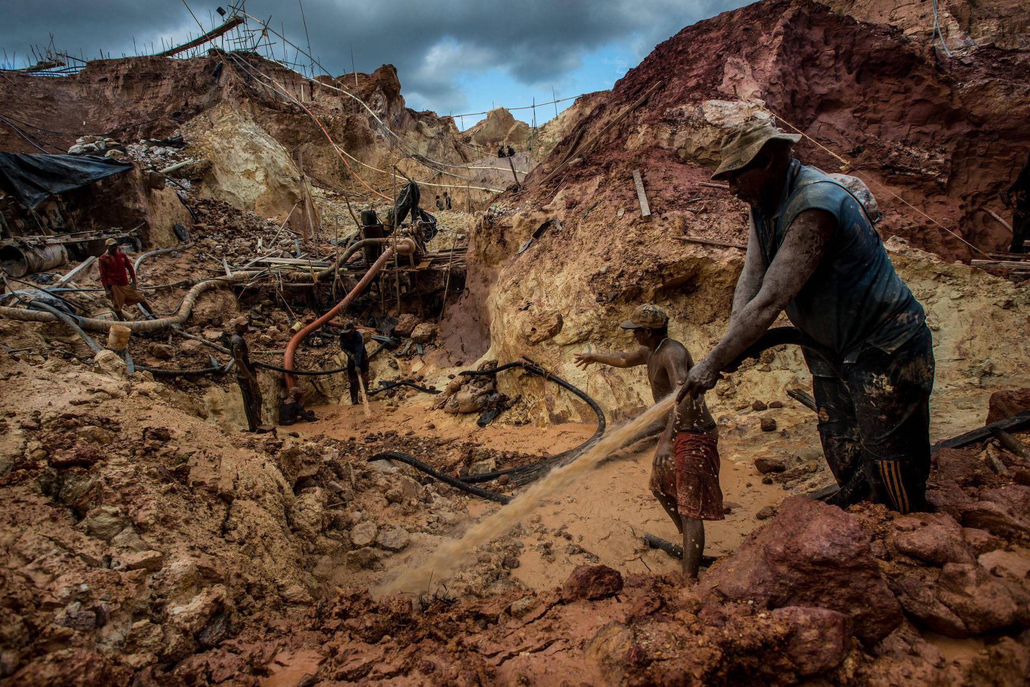 Obreros de zonas minerias ilegales