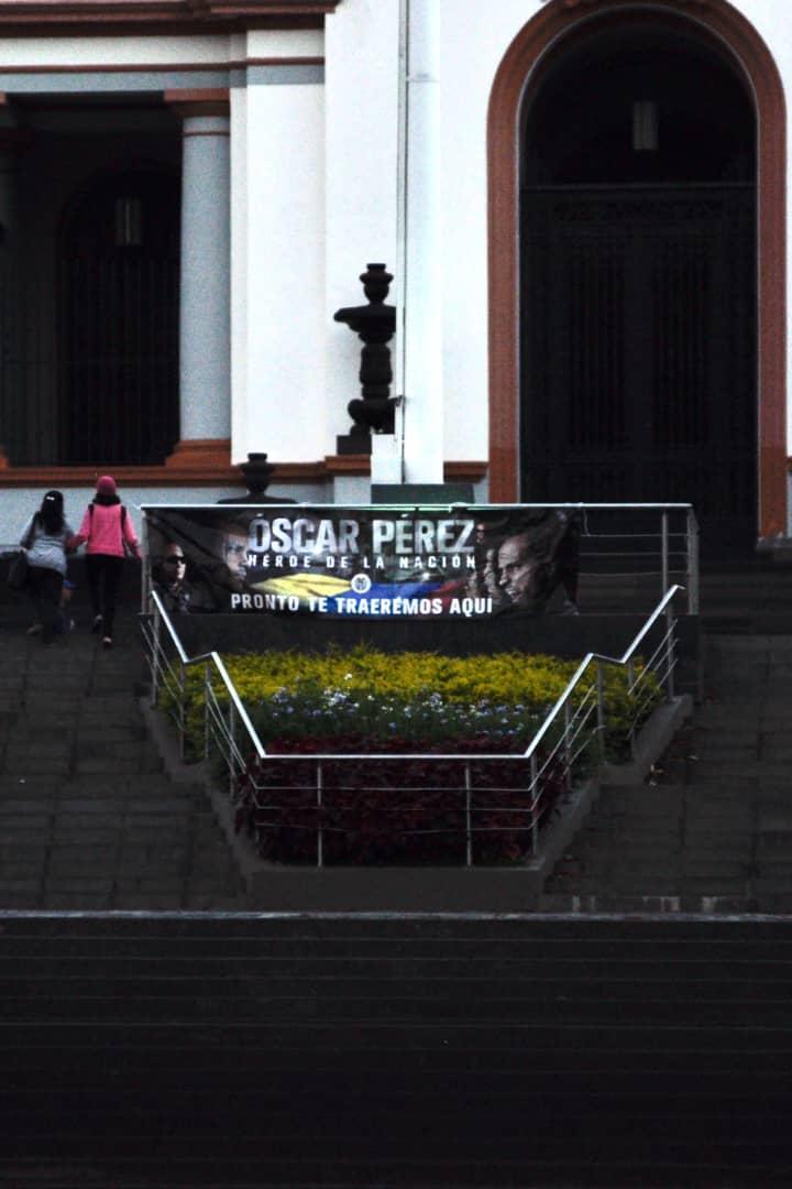 Pancarta de Óscar Pérez en el Panteón Nacional   Foto: Cortesía