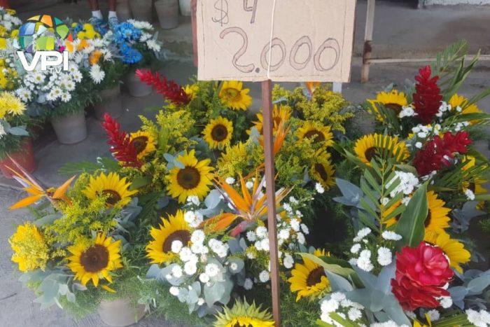 Venta de flores en el Cementerio del Este