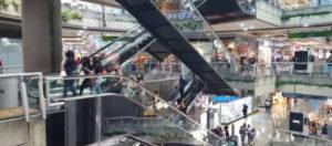 La enorme cantidad de personas que van a los centros comerciales en pandemia