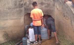 Comunidad en Guárico se surte de agua por un pequeño túnel