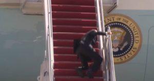 Vea cómo Biden se cayó al subir las escaleras del avión presidencial (+ Video)