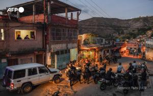 Policías a la caza de personas que no cumplan con las medidas anticovid en barriada de Venezuela- AFP
