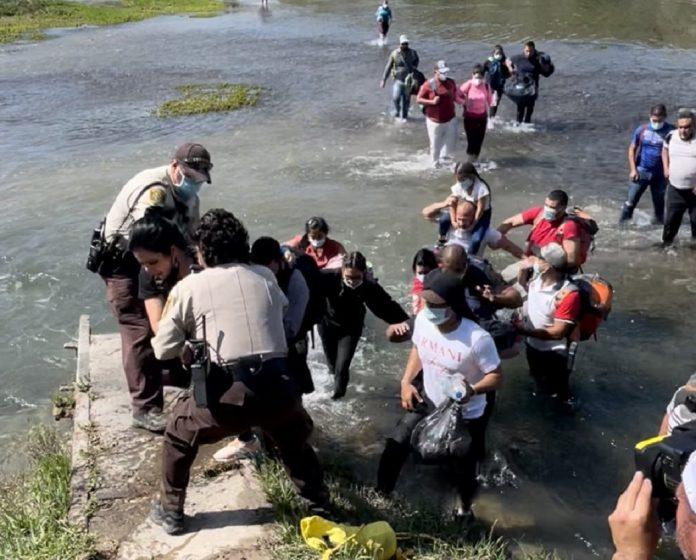 45 migrantes venezolanos atravesaron el río Texas