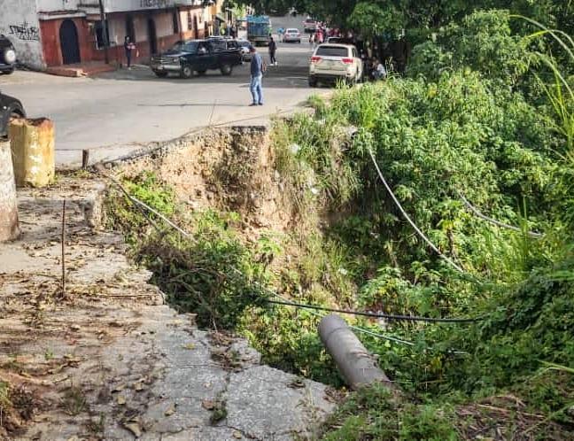15 mil habitantes de Gavilán (El Hatillo) en riesgo por abandono de su vía principal