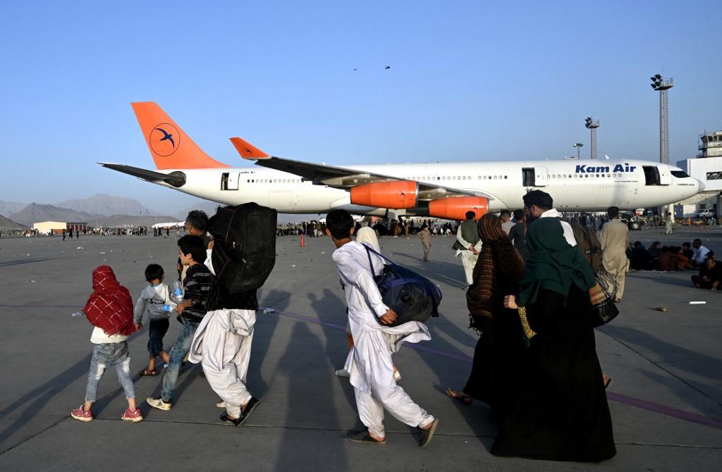 Miedo en Kabul: Miles de afganos intentan escapar de los talibanes