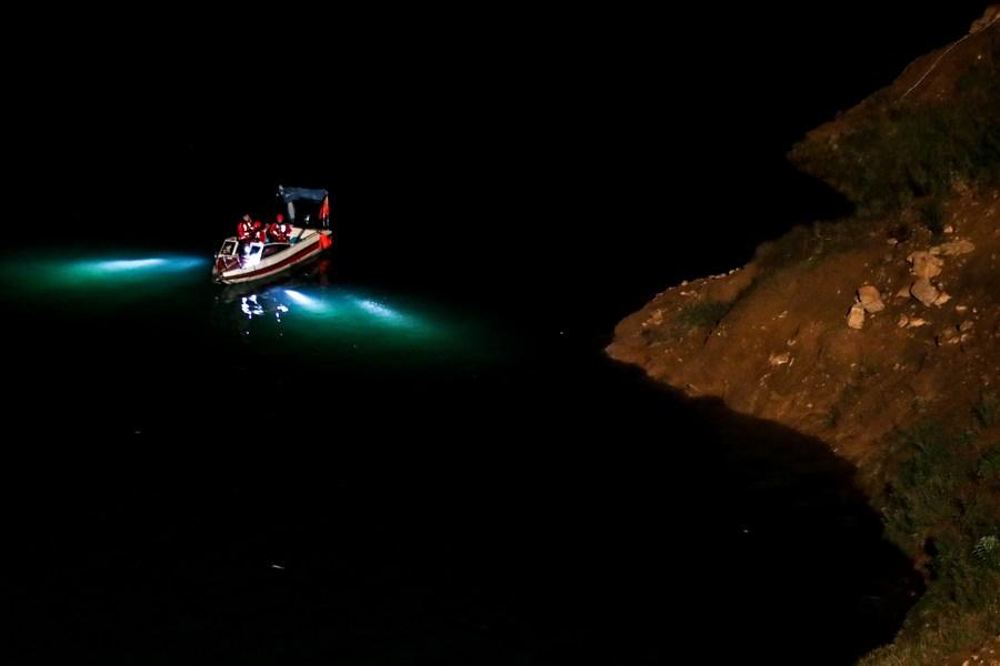 Cuerpos de rescate realizan labores de búsqueda en el río Zangk. Foto: Agencia Xinhua.
