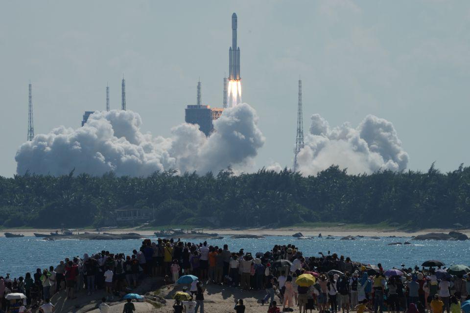 El cohete portador Long March-7 Y4, que transporta la nave espacial de carga Tianzhou-3 con suministros para la estación espacial china en construcción, despega del Centro de Lanzamiento de Naves Espaciales de Wenchang, en Wenchang, provincia de Hainan, China, el 20 de septiembre de 2021. Diario de China vía REUTERS