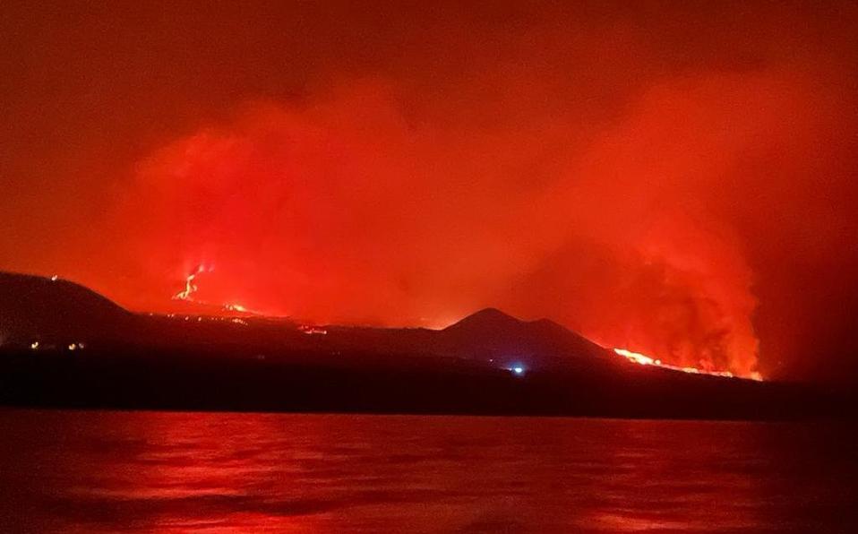 El volcán habría tocado el mar durante la noche del lunes. (Twitter: @RochexRB27)