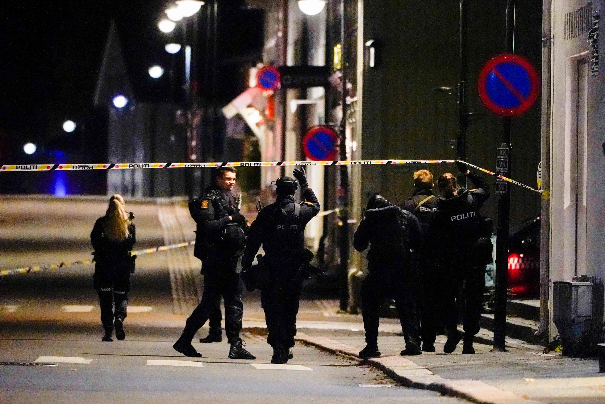 Varios policías cruzan la zona acordonada para la investigación del ataque, este miércoles en la ciudad noruega de Kongsberg. HAKON MOSVOLD LARSEN (AFP) AGENCIAS.