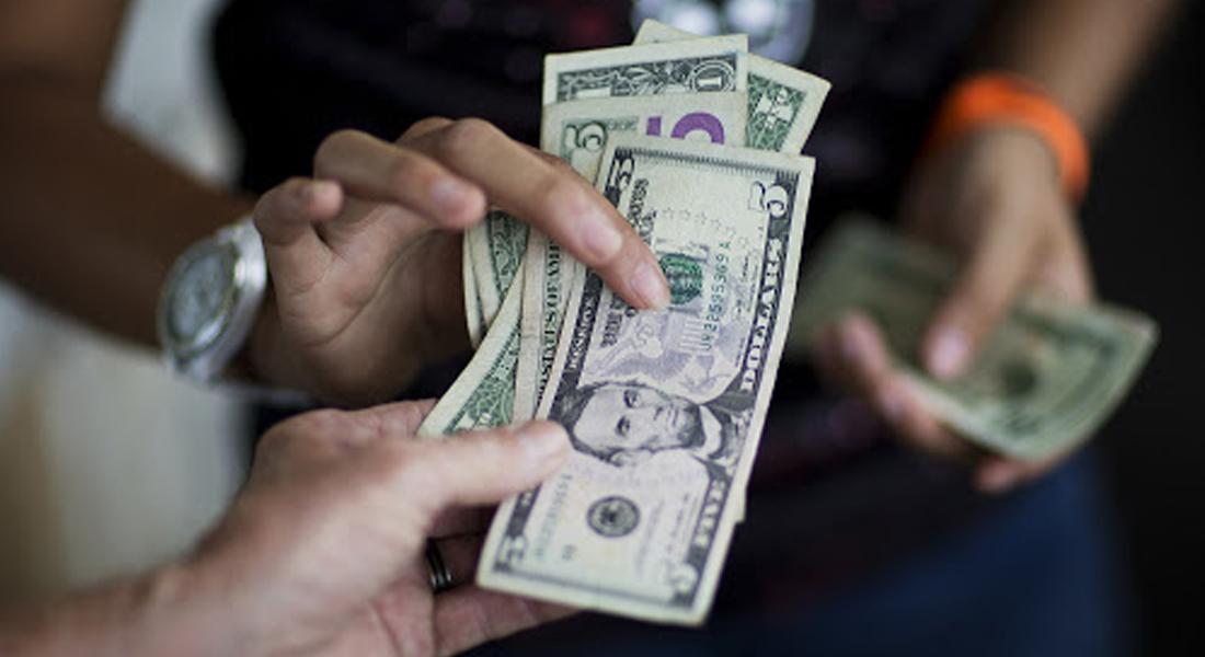 Dolarización venezolana responde a la desconfianza en el bolívar, dicen expertos