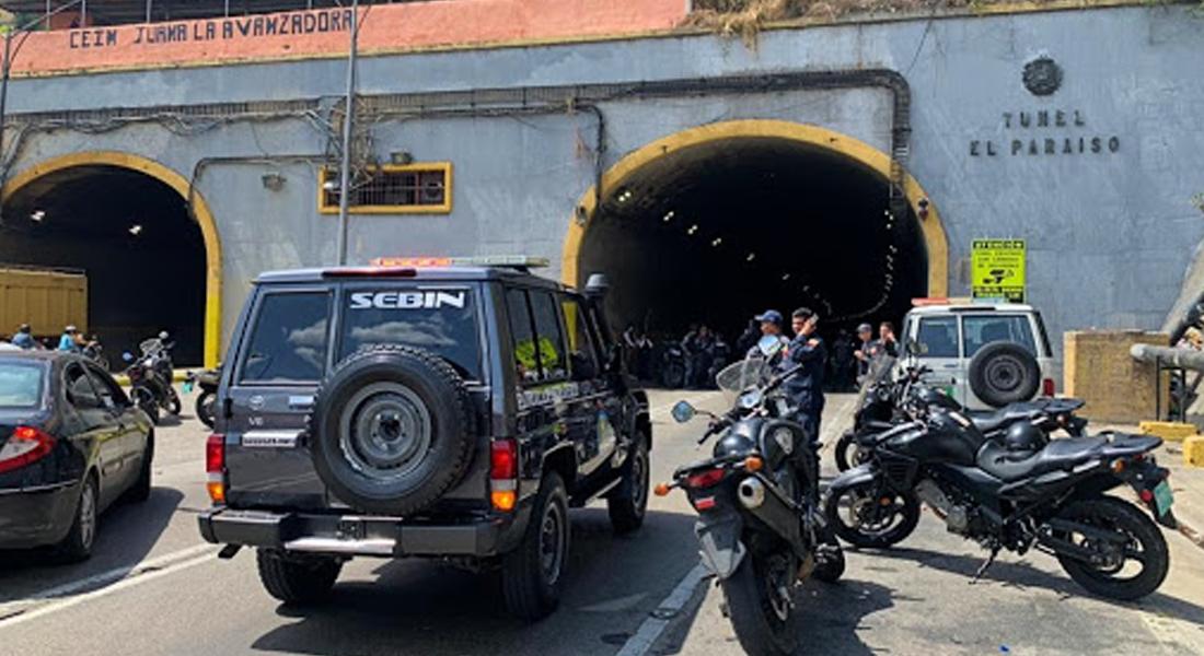 Sujetos armados vigilan el túnel El Paraíso tras tiroteo en la autopista. Foto: El Universal