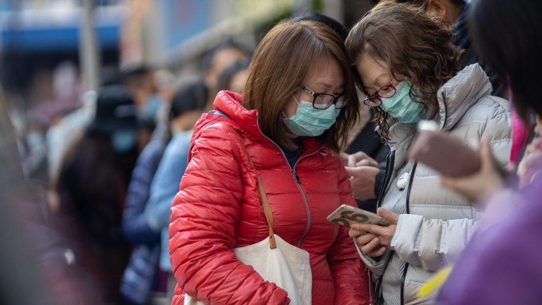 Chinos se protegen para enfrentar coronavirus