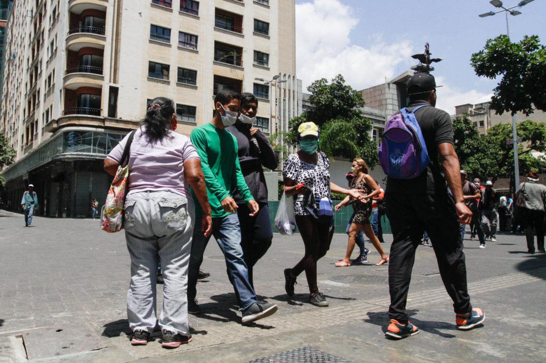 Ciudadanos previenen contagio de COVID-19 en el Distrito Capital