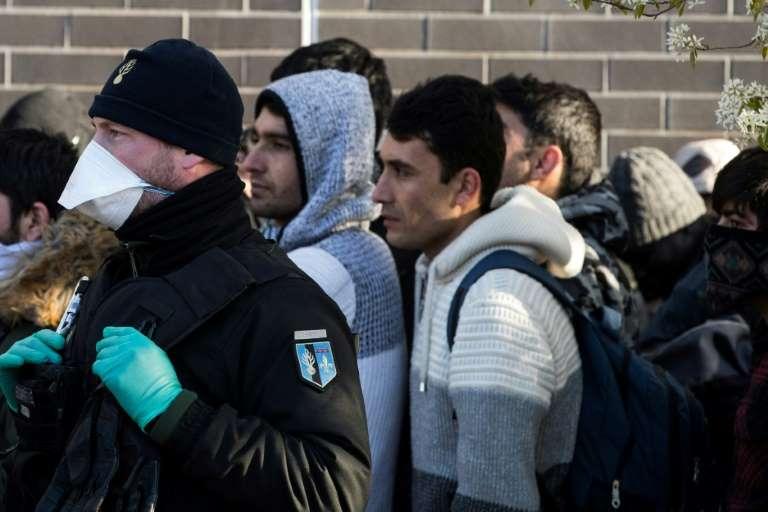 Cientos de migrantes fueron evacuados de calles en París (Francia) para evitar propagación de COVID-19