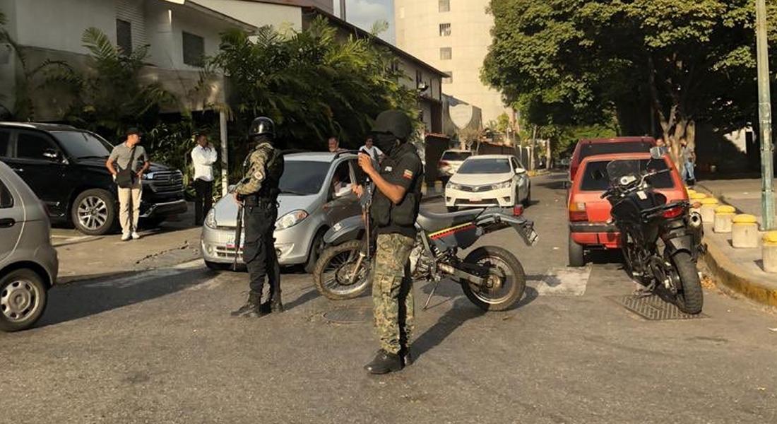 Efectivos del régimen detuvieron a tres diputados en su hotel en Caracas