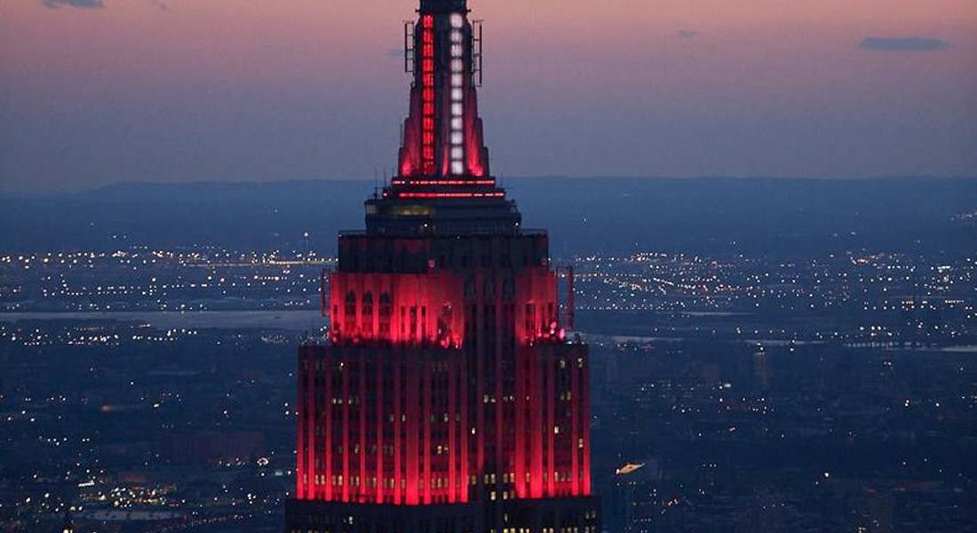 El Empire State se iluminó en homenaje a los trabajadores contra el covid-19