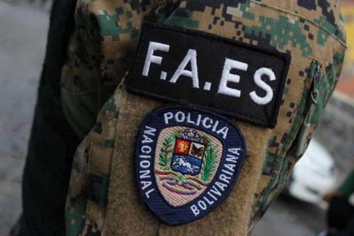 Funcionarios de las FAES quemaron pancarta de Óscar Pérez | Video: El Nacional