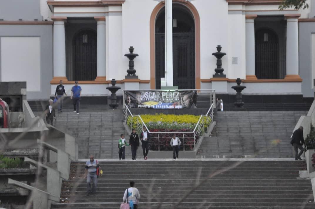 El Panteón Nacional amaneció este lunes con pancartas de Óscar Pérez | Foto: Cortesía