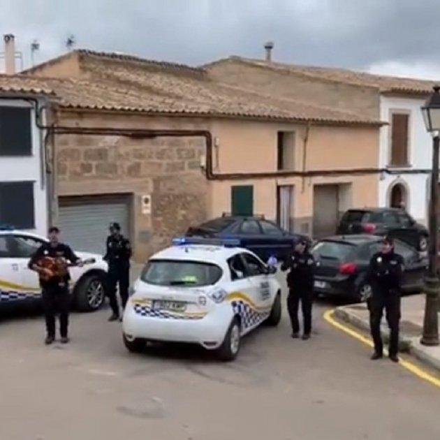 Policías de Mallorca cantando en las calles | Foto: Cortesía