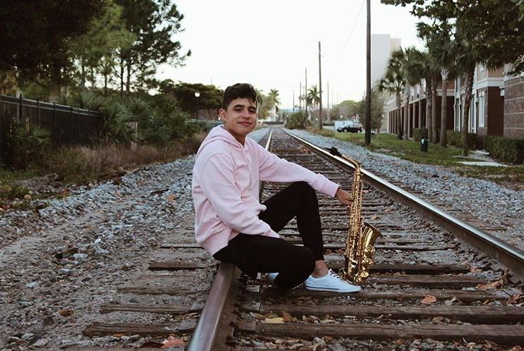 joven saxofonista