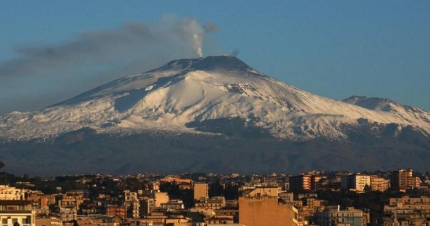 Volcán más grande de Europa entró en erupción