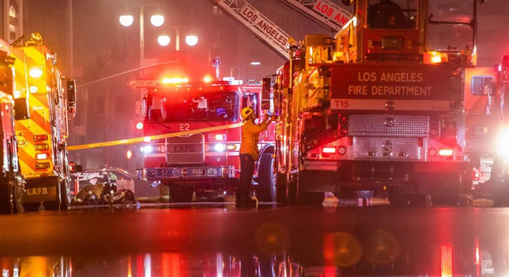 Al menos 11 bomberos resultaron heridos tras la explosión de un almacén en el centro de Los Ángeles, California, EEUU. Foto: AFP / vía Getty Images