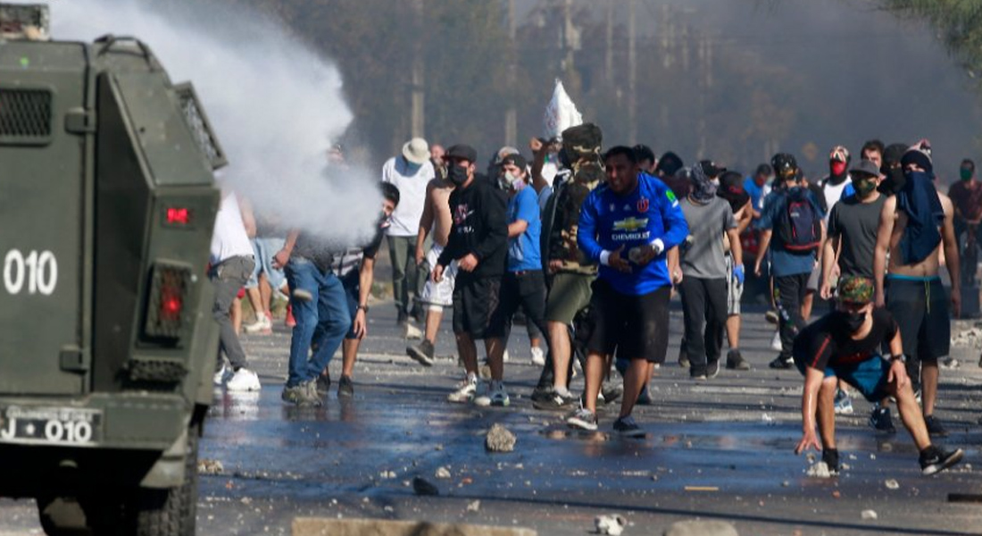 Falta de comida provocó una violenta protesta al sur de Santiago de Chile foto AFP