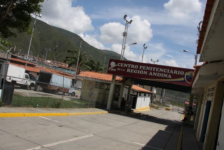 Reclusos de centro penitenciario en Mérida mantienen secuestrados a dos custodios