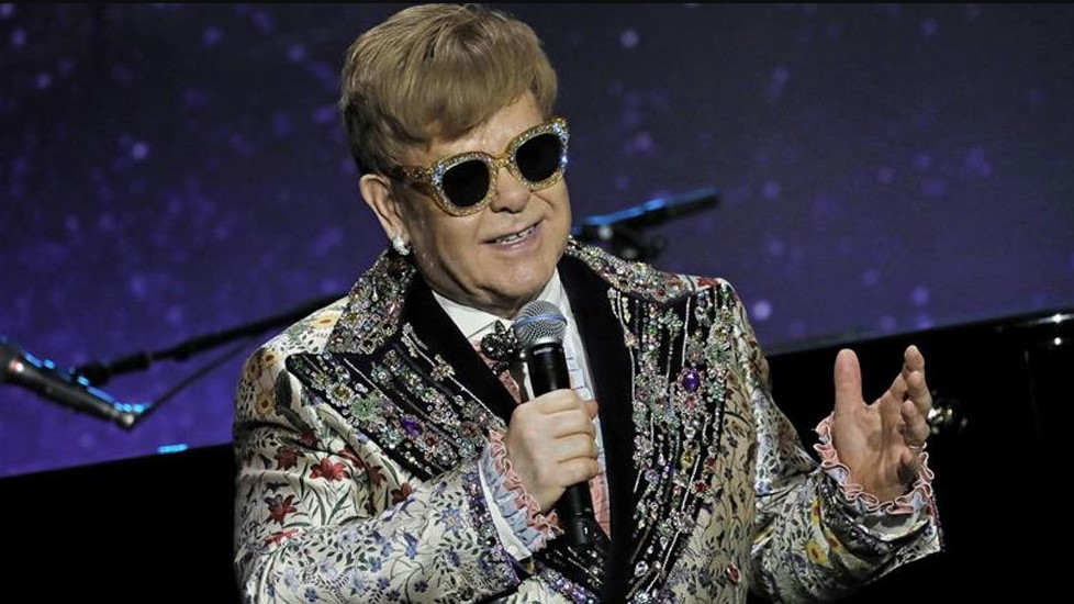 ¿En aprietos? Exesposa de Elton John presentó una medida legal contra el músico