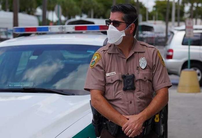 Policía de Miami-Dade (EEUU) prohibió uso de presión al cuello contra sus detenidos tras asesinato de George Floyd