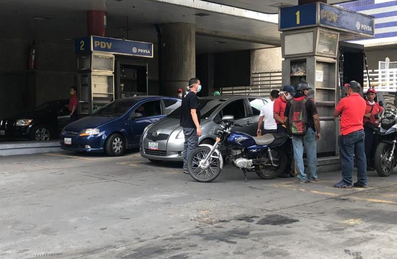 ¿En dólares o subsidiado? Confusión en Caracas para surtir de gasolina