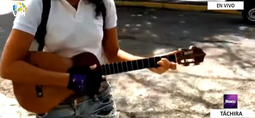Licenciada en las calles de San Cristóbal: Lucy Vanegas subsiste con su voz y una guitarra