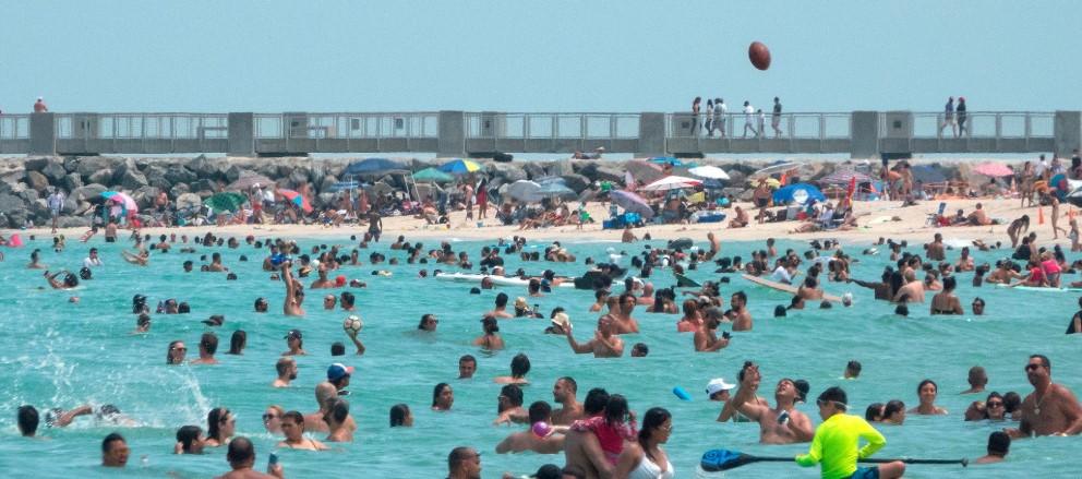 Playas llenas en Miami a pesar de reciente récord de contagios por covid-19