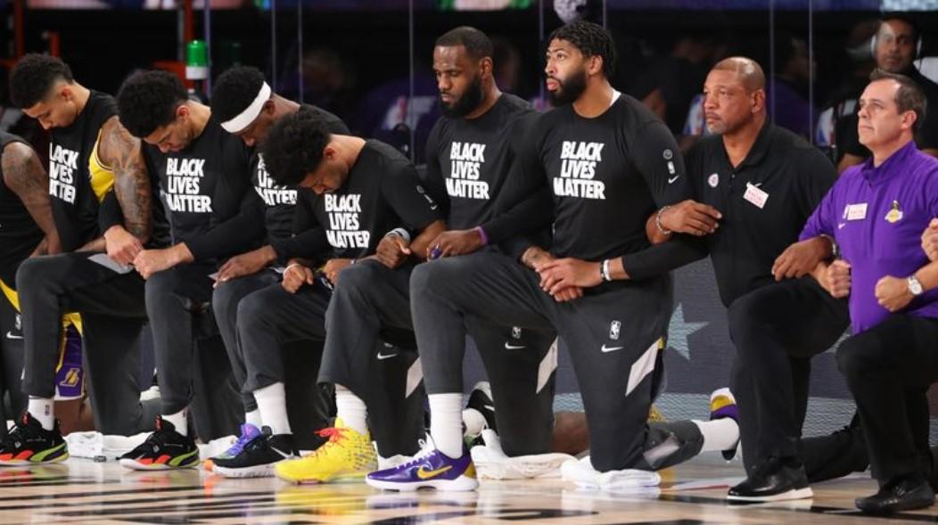 Lucha contra el racismo: jugadores de la NBA se arrodillaron antes de sus partidos