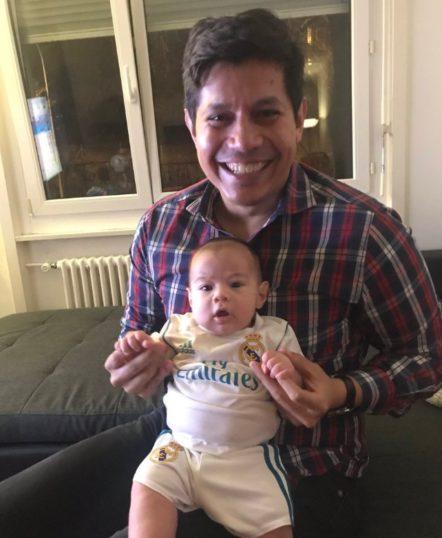 Gustavo se enorgullece de lo que ha formado en el entorno familiar. Esta foto data de 2018 con uno de sus hijos.