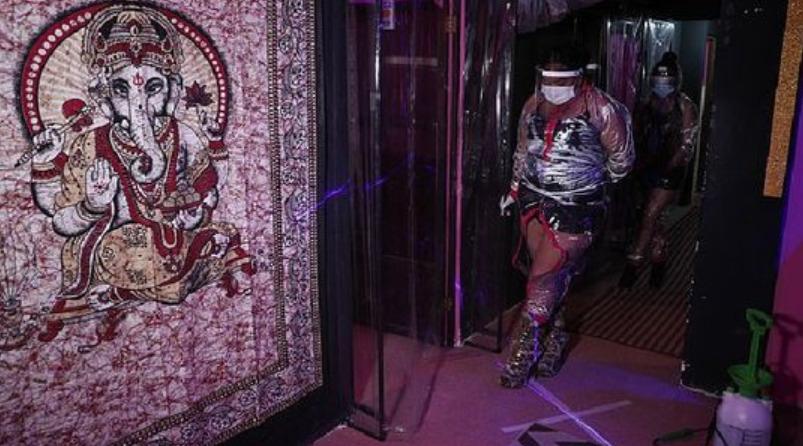 Antibacterial, guantes y trajes impermeables: trabajadoras sexuales en Bolivia prestan servicios