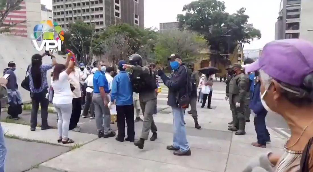 Fuerzas de seguridad dispersaron protesta de pensionados en sede del IVSS en Caracas