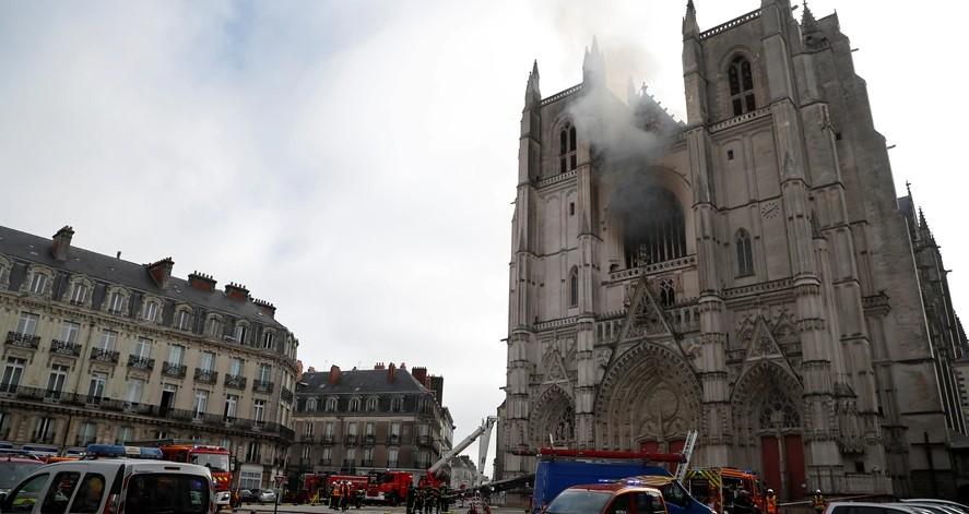 Histórica catedral en Francia fue víctimas de un incendio y destruyó valiosos monumentos
