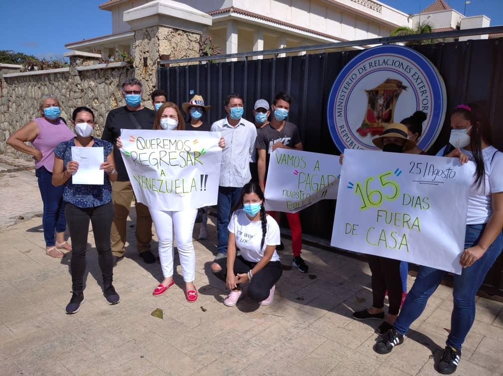 Venezolanos en Dominicana entregan solicitud a Ministerio para retornar a su país
