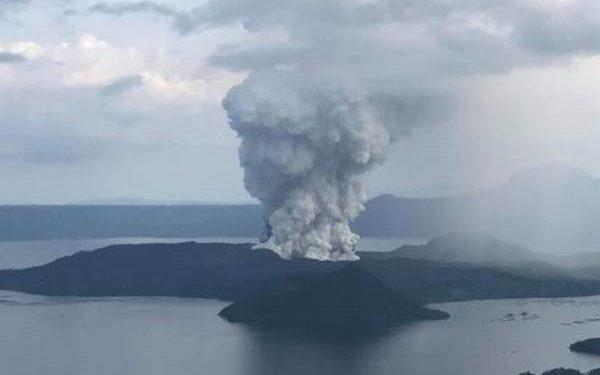 Volcán Taal, en Filipinas, emite columna de vapor