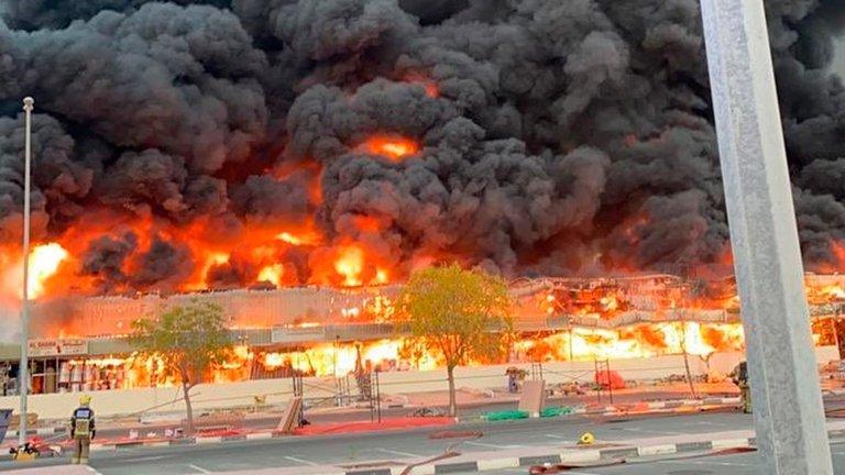 Se registró enorme incendio en un mercado de la ciudad de Ajmán, Emiratos Árabes Unidos
