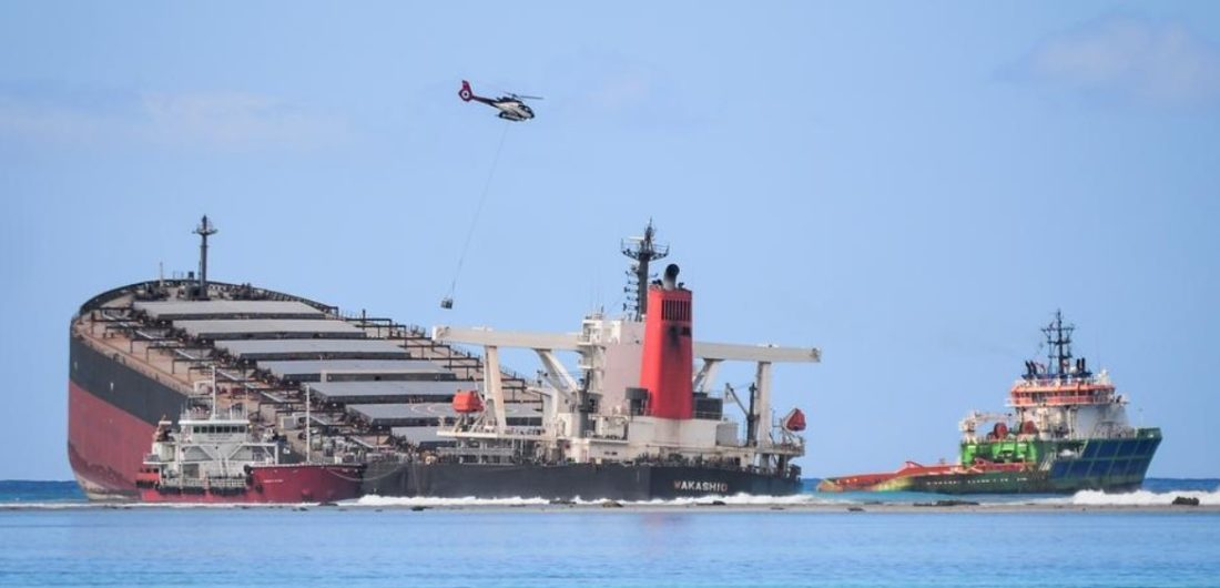 Barco con petróleo se partió en dos en arrecife francés
