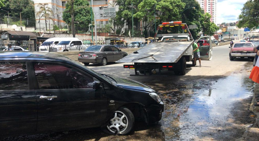 Vehículo cayó en enorme hueco en la avenida Francisco de Miranda. Foto: Antonieta La Rocca