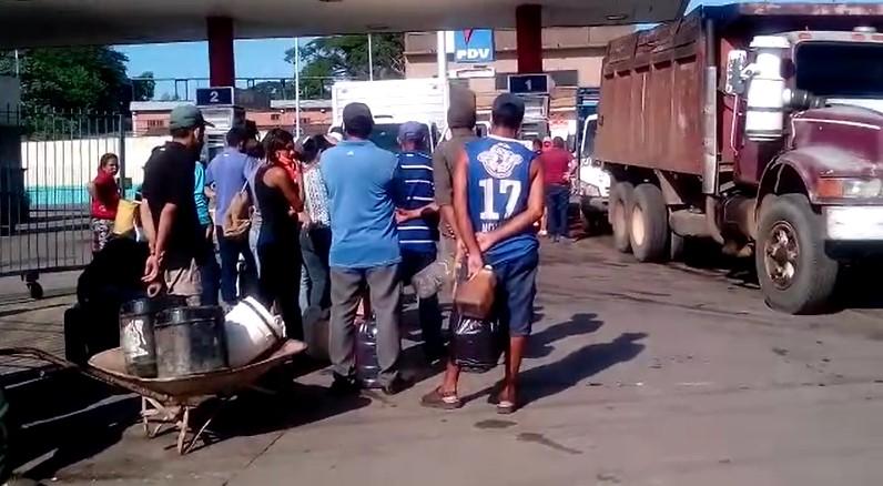 Habitantes de Guárico hacen largas colas para obtener gasoil