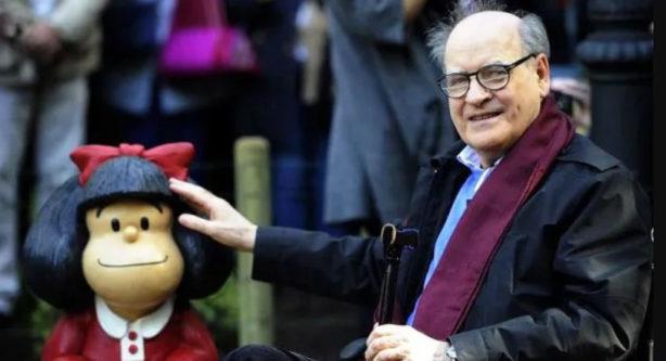 Quino (i) en uno de los tantos homenajes a su obra, Mafalda