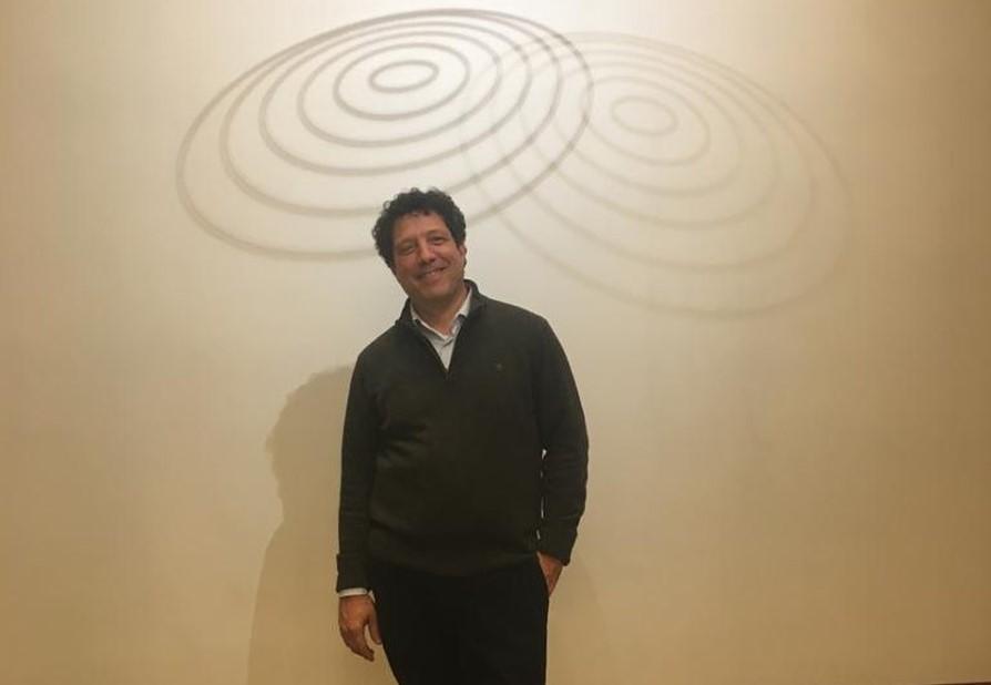 Elías Crespín, artista venezolano con una obra permanente en el Museo del Louvre