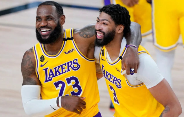 LeBron James (i) y Anthony Davis (d), en partido con Los Ángeles Lakers