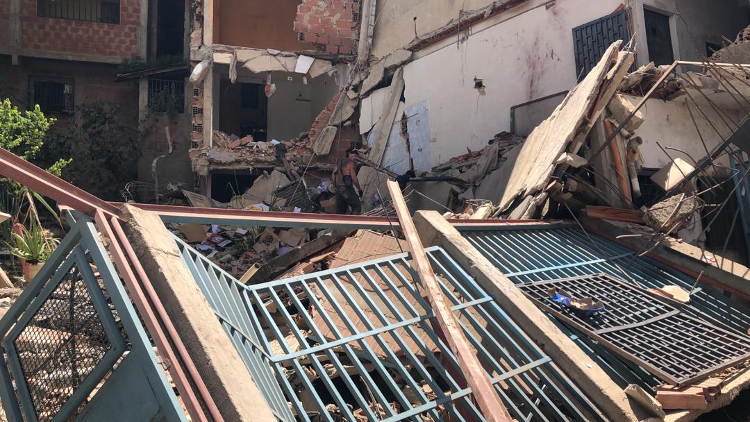 Varias familias afectadas por derrumbe de vivienda en Petare