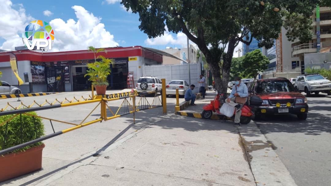 Larga fila en Las Mercedes (Caracas) para surtir de combustible